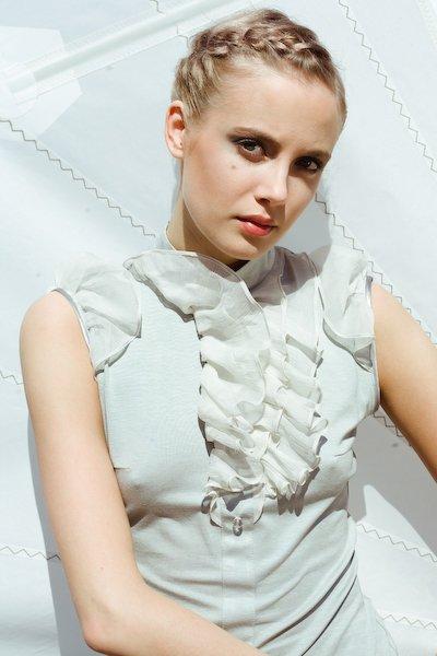 Блуза трикотажная с шифоновыми крылышками и  рюшей.