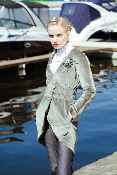 Пальто-фрак с цельнокроеным рукавом и поясом на резинке.