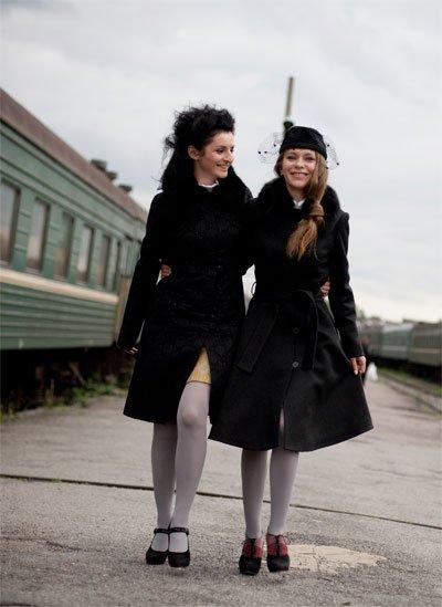 Пальто с цельнокроеным рукавом,жаккард,черное, меховой воротник