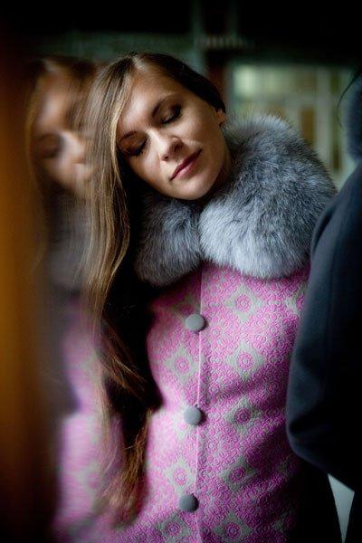 Пальто-фрак с цельнокроеным рукавом, розовый жаккард, меховой воротник