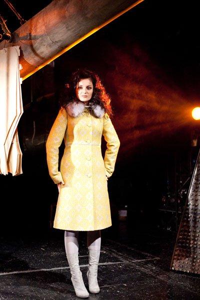 Пальто из жаккарда, серое с горчичным узором, меховой воротник