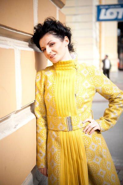 Пальто с плиссе на передней планке, желтое