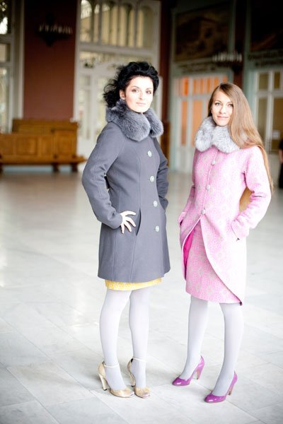 Пальто укороченное, со сборкой на спинке и широкими шлевками, графит
