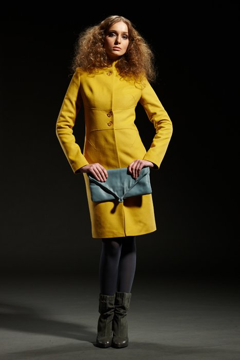 Пальто с корсетным поясом, желтое