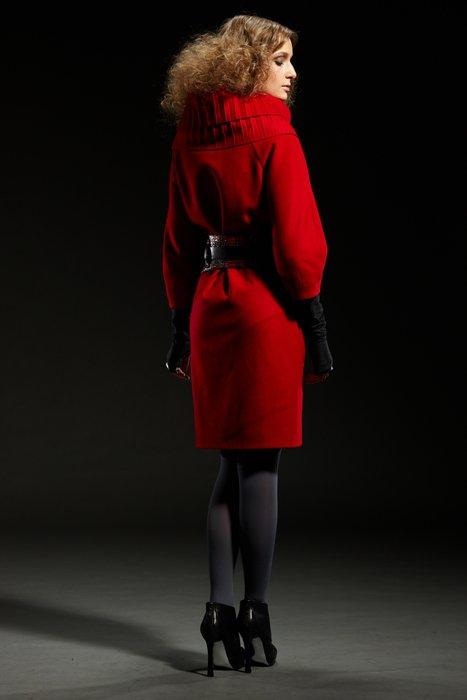 """Пальто с воротником """"гофре"""" и кожаным поясом, красное."""