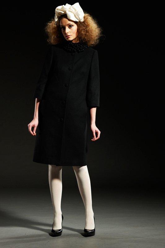 Пальто с воротником-стойкой с войлочными шариками, черное.
