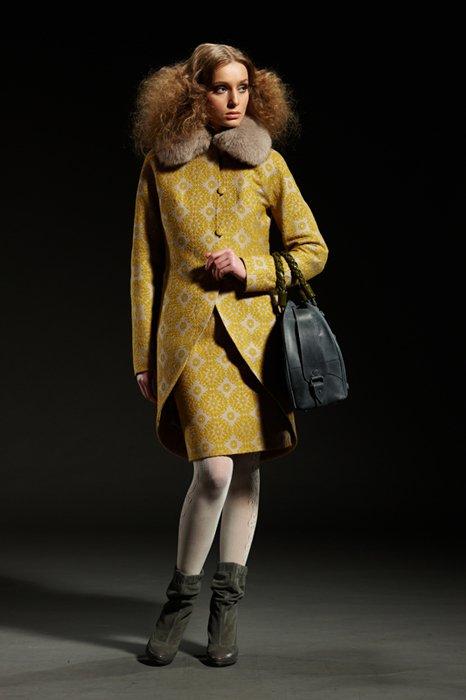 Пальто-фрак с песцовым воротником