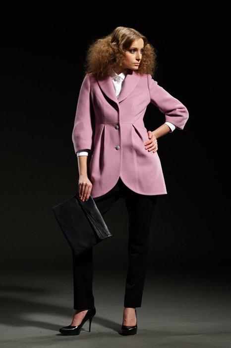 Пальто укороченного с мягким воротником, сиреневое