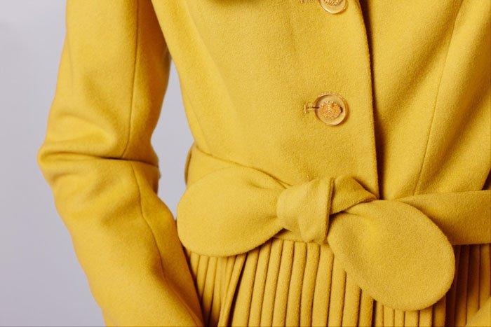 """Пальто с английским воротником и юбкой """"плиссе"""", горчичное"""