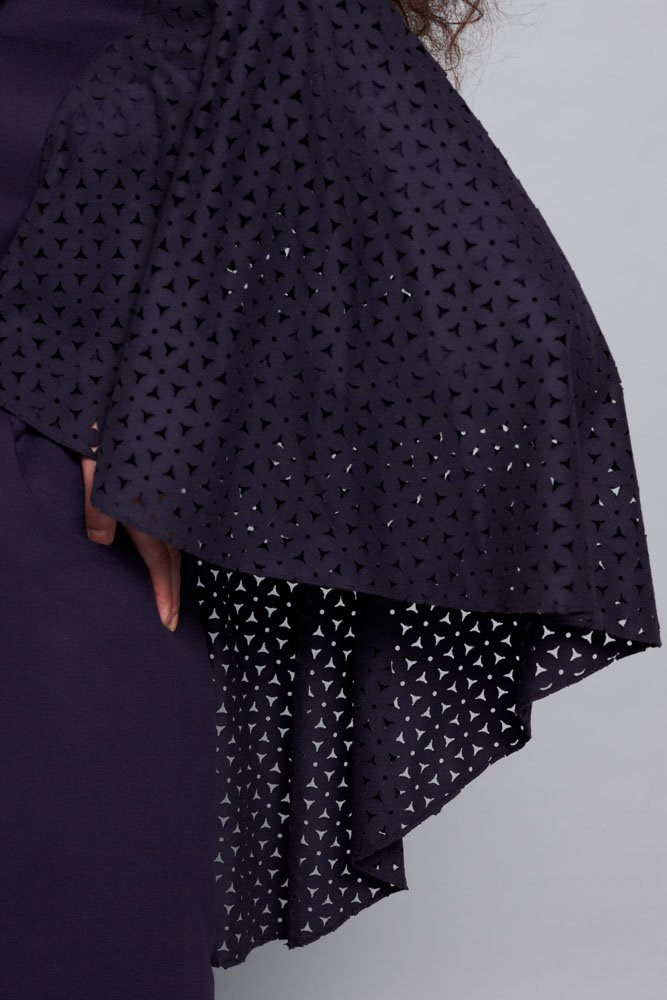 Пальто с пелериной из перфорированной шерсти, сине-фиолетовое, меховой воротник.