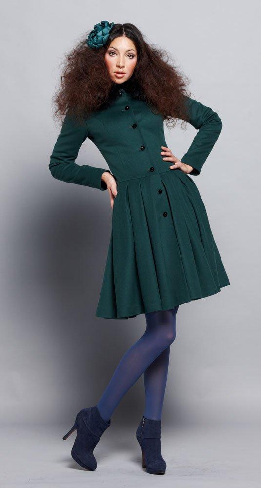 Пальто с юбкой из складок, с меховым воротником, зеленое.