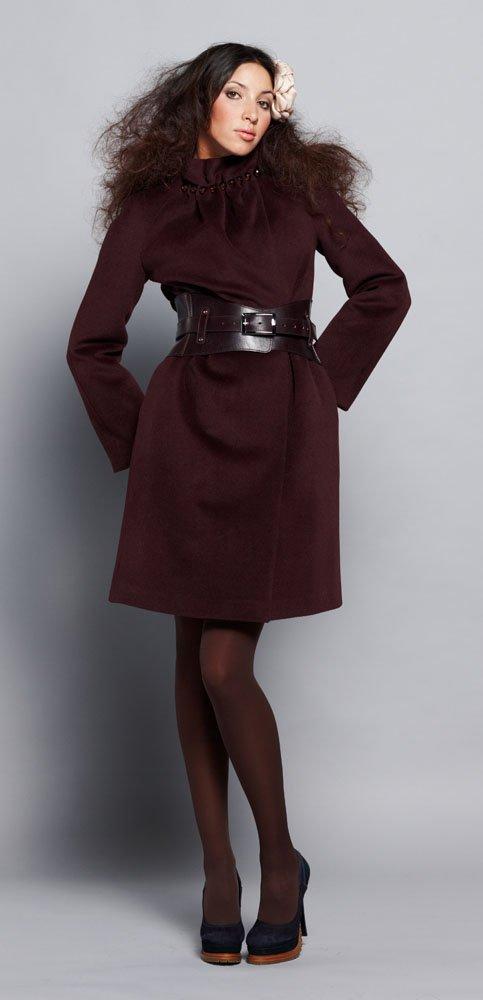 Пальто с бусинами на стойке воротника, бордового цвета