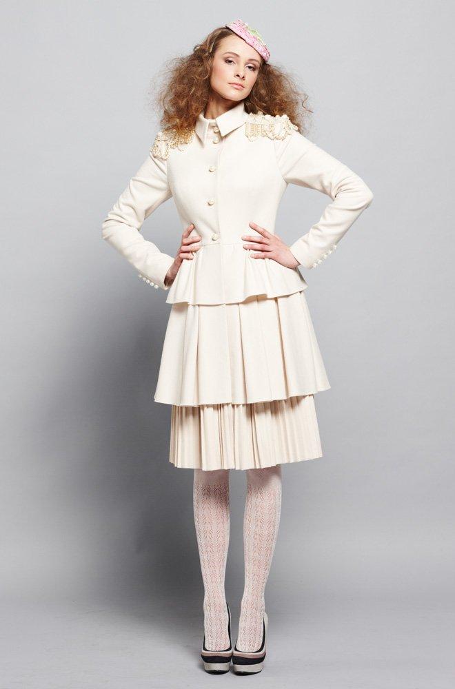 Пальто трехъярусное, с погонами, белое.