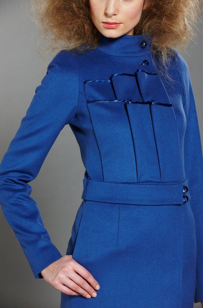 Пальто с воланом на груди, голубое.