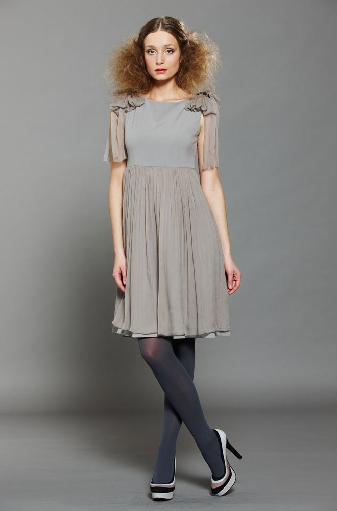 Платье с шифоновыми погонами