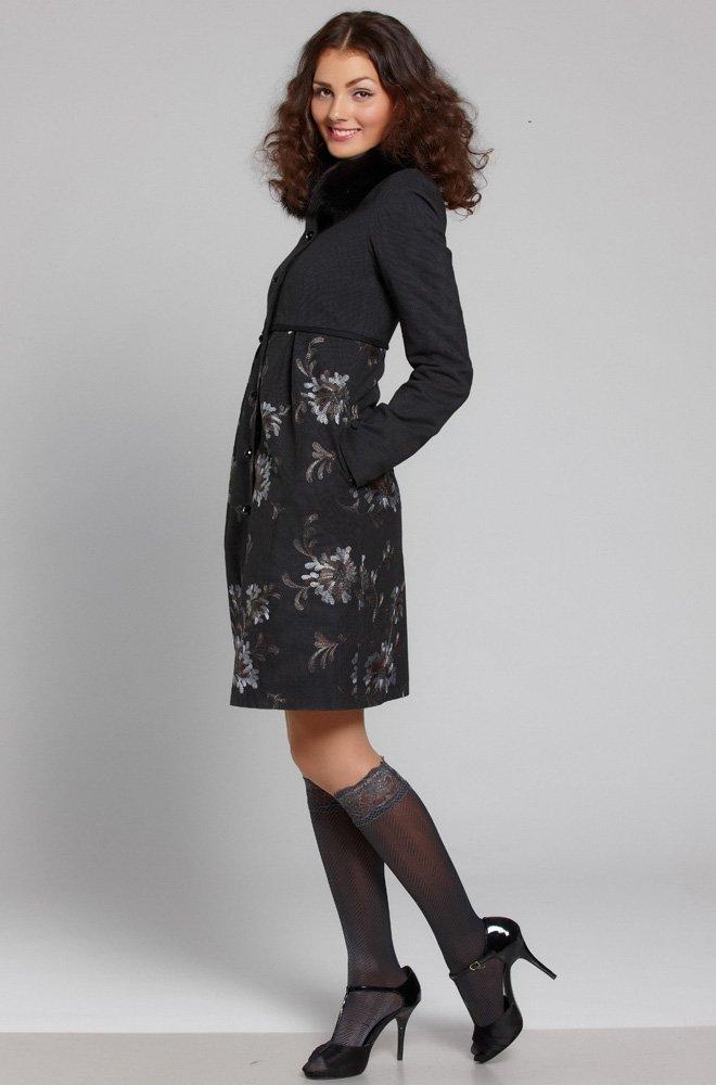 Пальто со встречными складками и вышитой юбкой