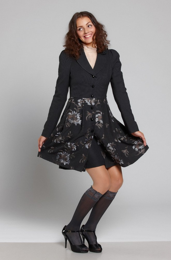 Пальто из шерсти с юбкой, вышитой цветочным узором