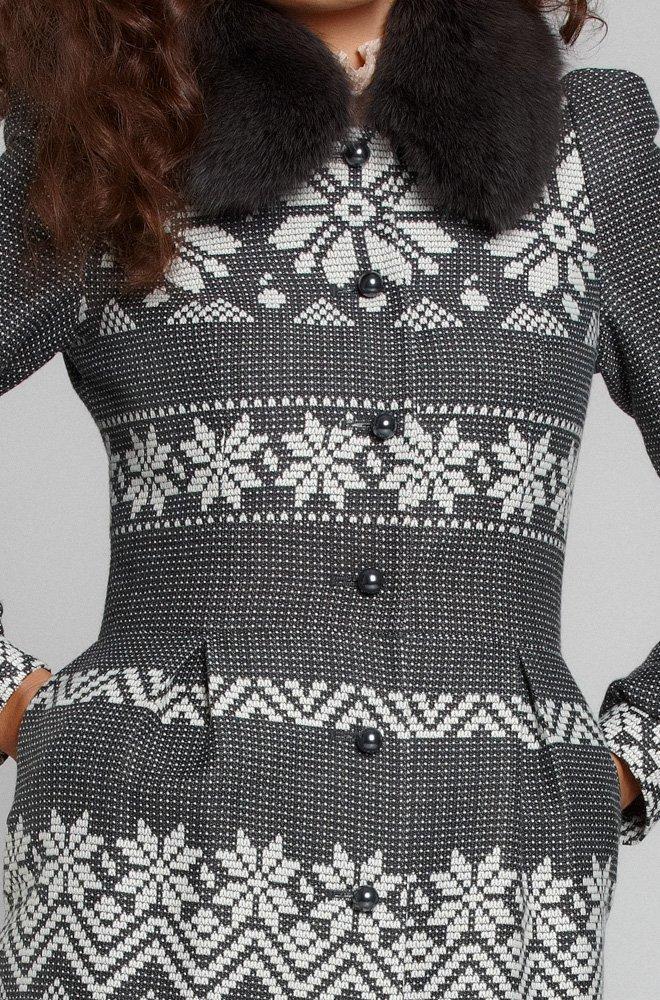 Пальто из французского жаккарда с нордическим узором.