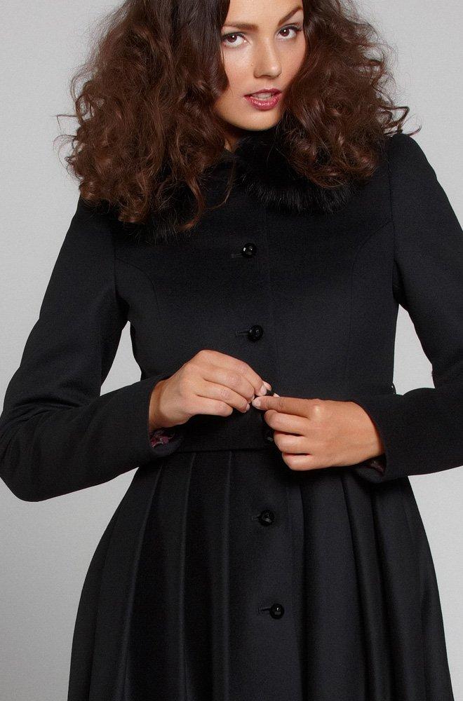 Пальто с пышной юбкой из складок, с перфорацией по подолу