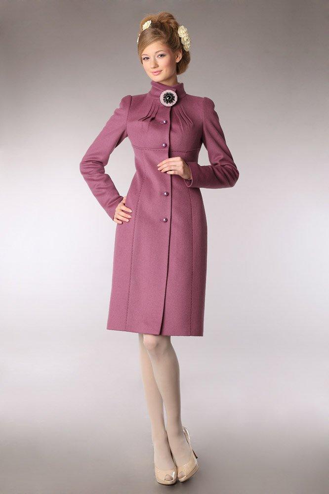 Пальто с защипами на воротнике и брошью, розовое