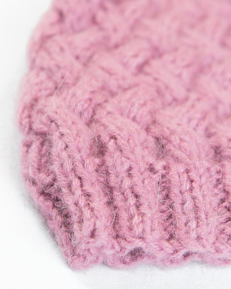 Шапка песочно-розового цвета с крупной вязкой