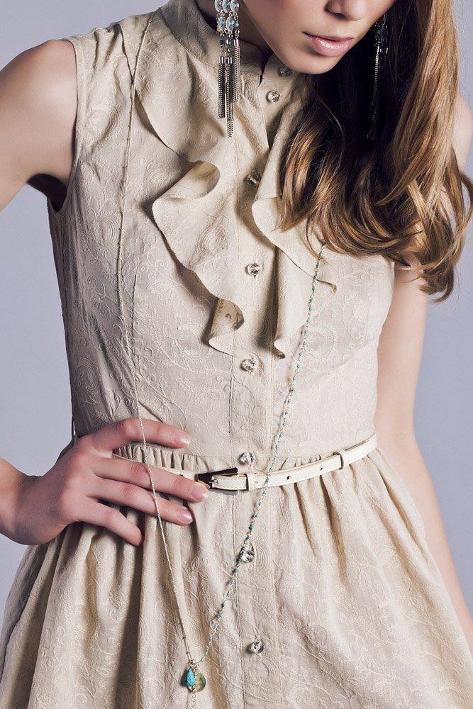Платье-рубашка с жабо из бежевого шитья