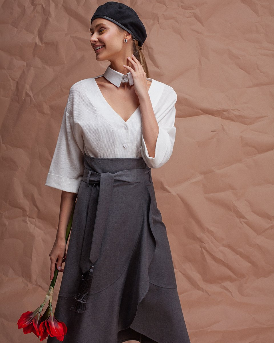 Блуза белого цвета с фигурным вырезом на груди
