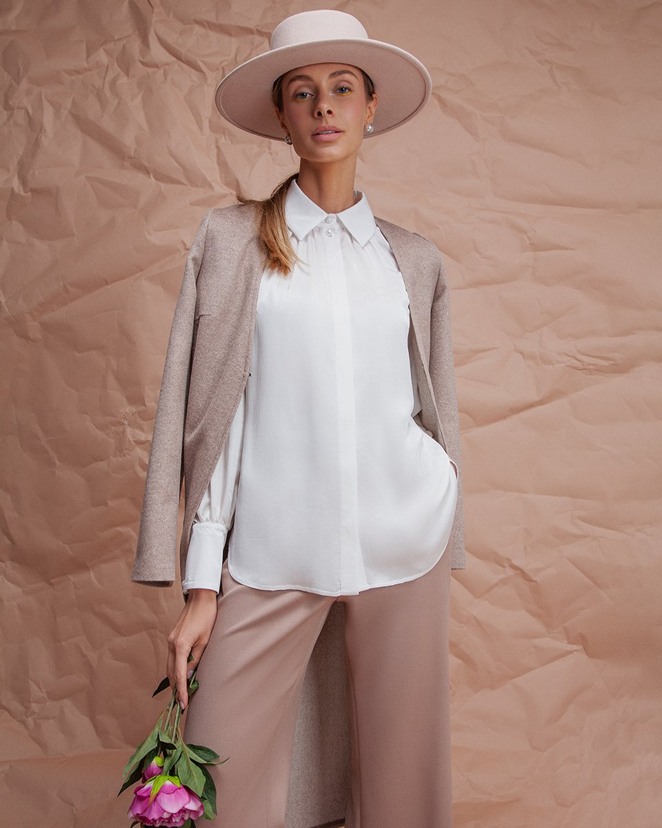 Блуза белого цвета со сборкой и пышным рукавом