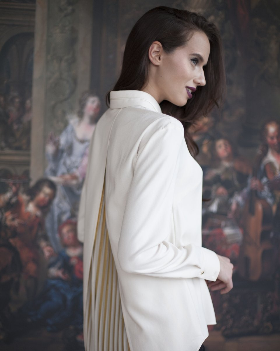 Блуза цвета крем-брюле с золотой вставкой плиссе на спинке