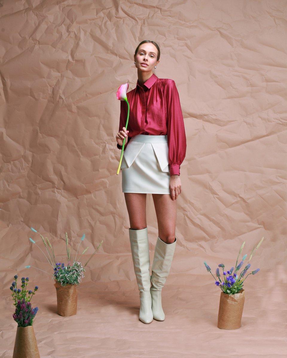 Блуза брусничного цвета со сборкой и пышным рукавом