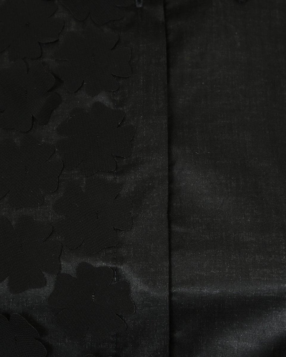 Блуза черного цвета с нашивными цветами из органзы