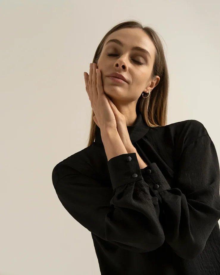 Блуза черного цвета со сборкой у воротника