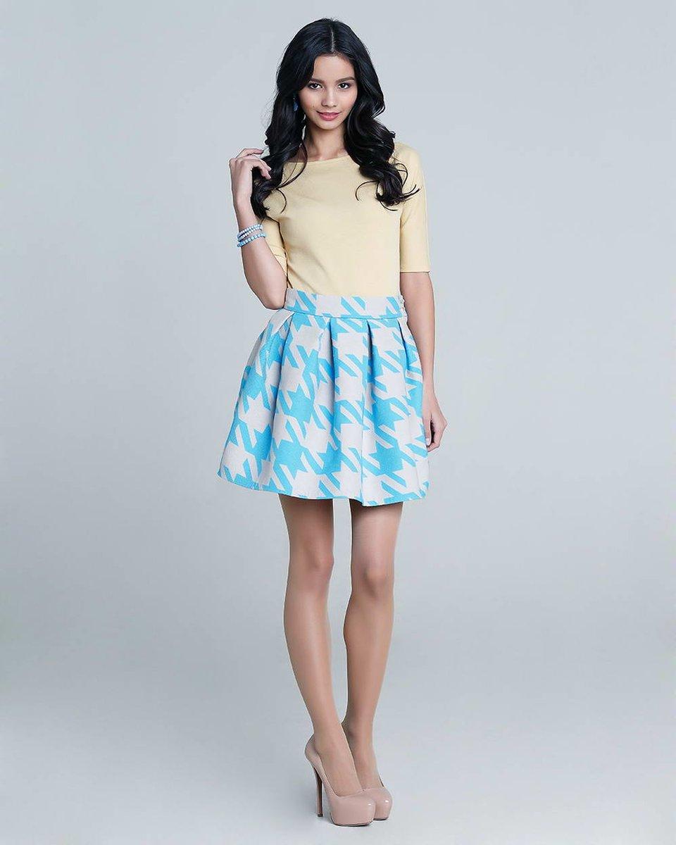 Блуза из трикотажа, желтая с вырезом