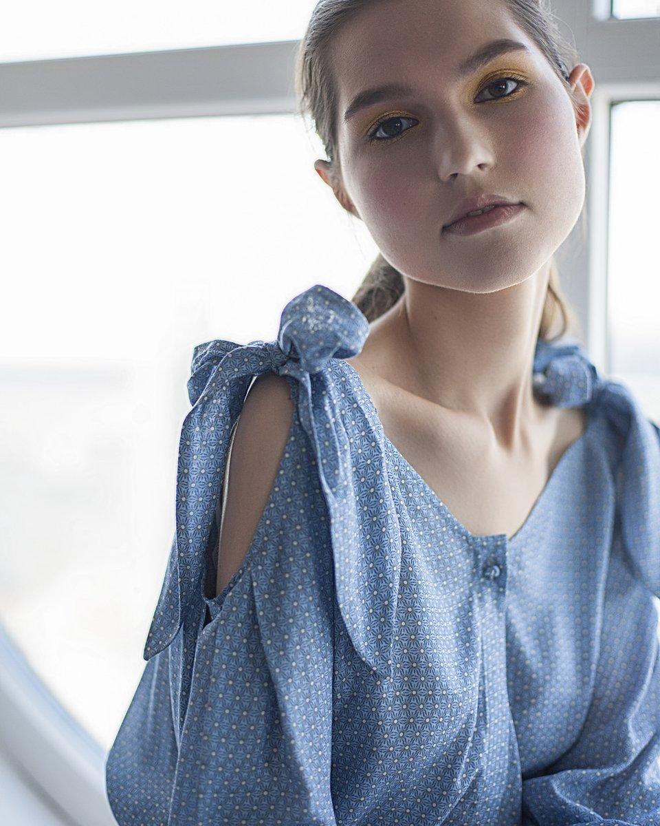 Голубая блуза с вырезами на плечах