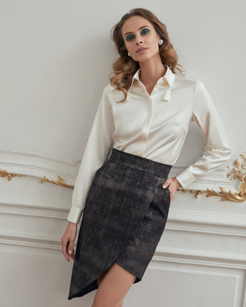 Блуза молочного цвета с декоративными кистями