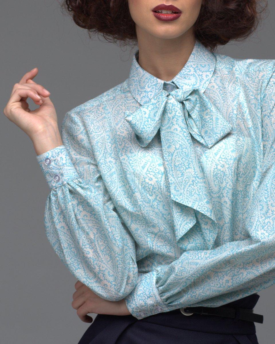 Блуза голубая с узором-пейсли и бантом