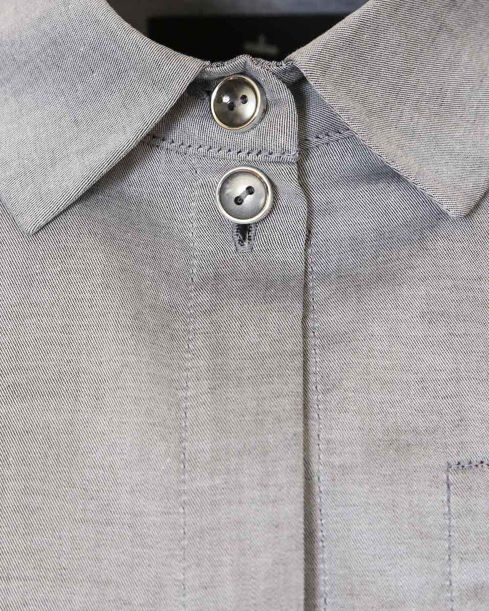 Блуза серого цвета с карманом на груди