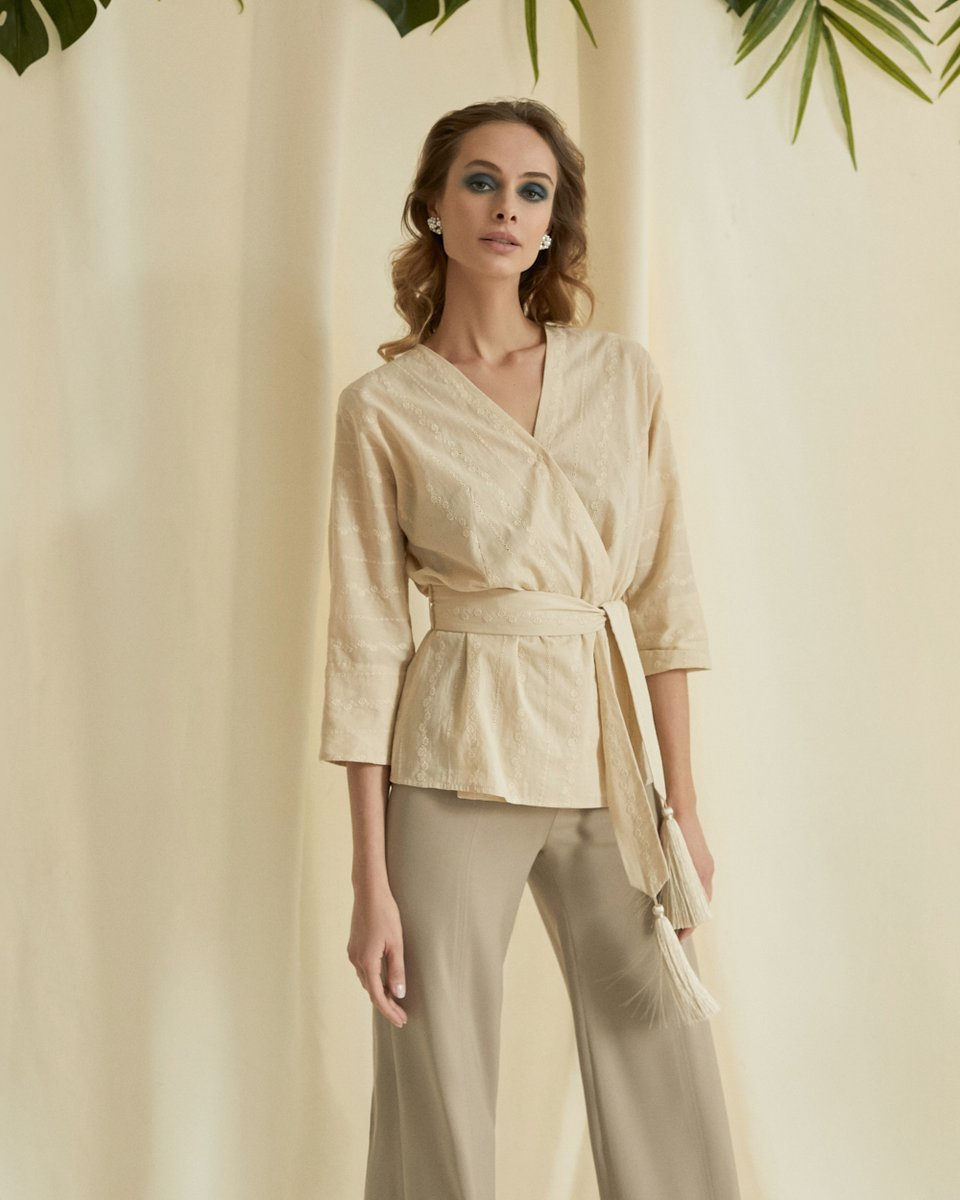 Блуза с шитьем бежевого цвета