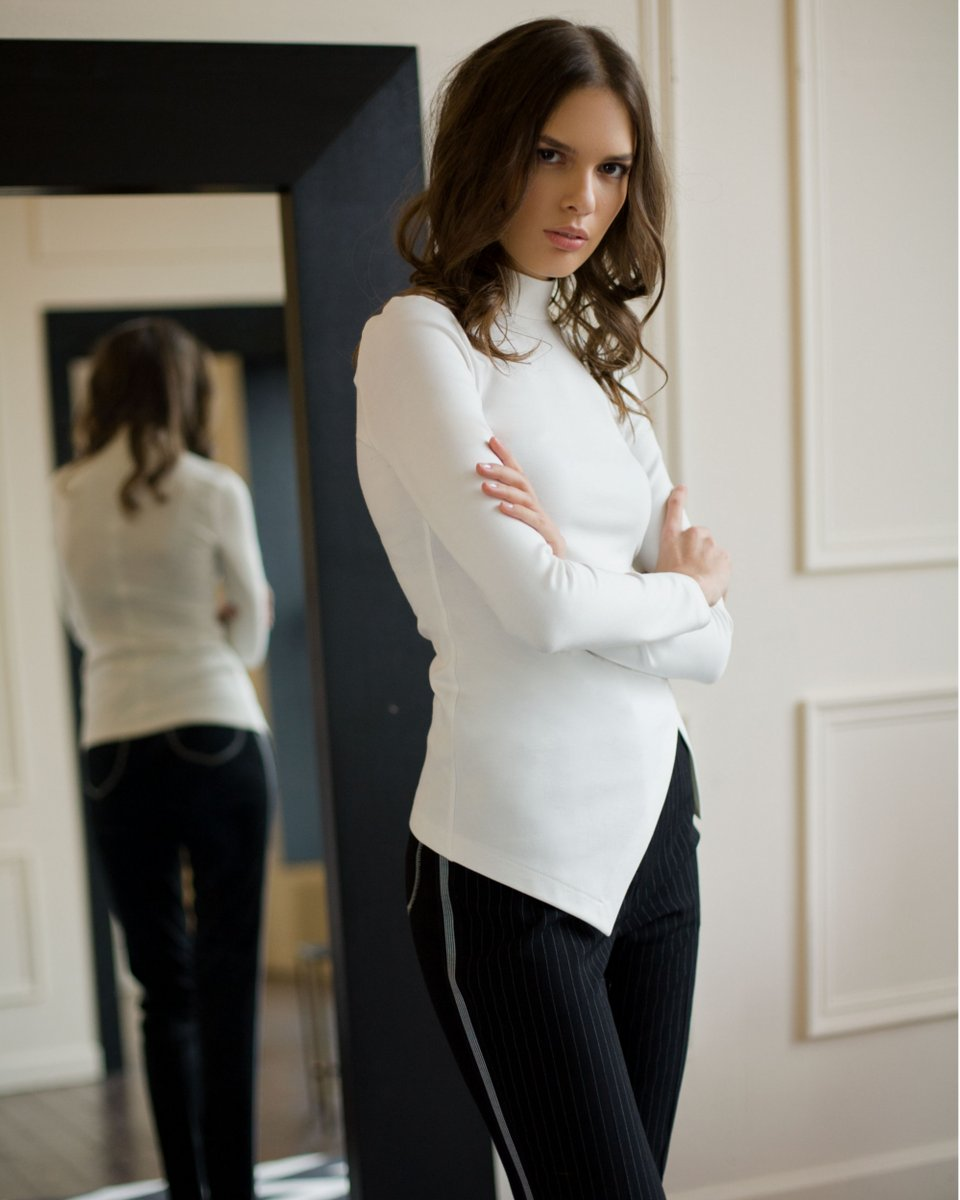 Блуза из плотного трикотажа белого цвета
