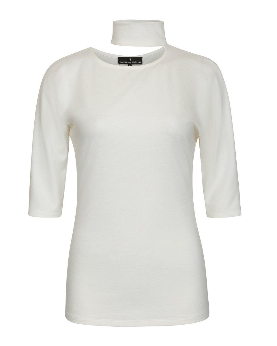 Блуза трикотажная белого цвета с декоративным вырезом на груди