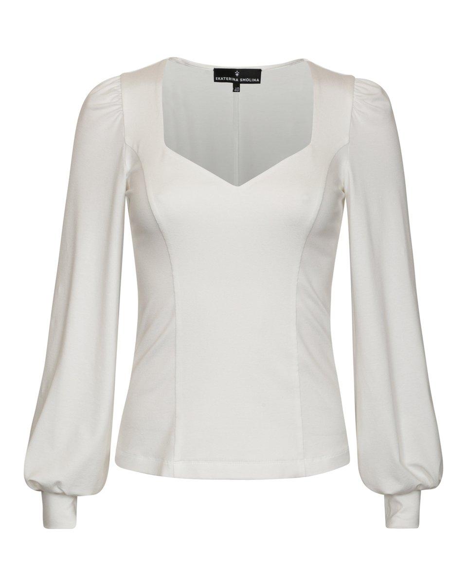 Блуза трикотажная белого цвета с фигурным вырезом и пышным рукавом