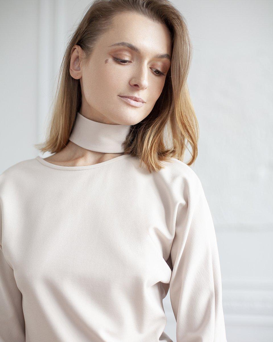 Блуза трикотажная с декоративным вырезом на груди бежевого цвета