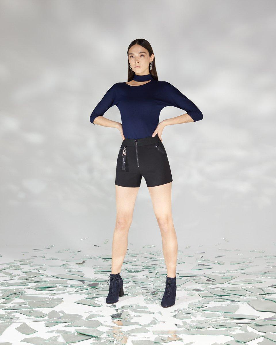 Блуза трикотажная с декоративным вырезом на груди синего цвета