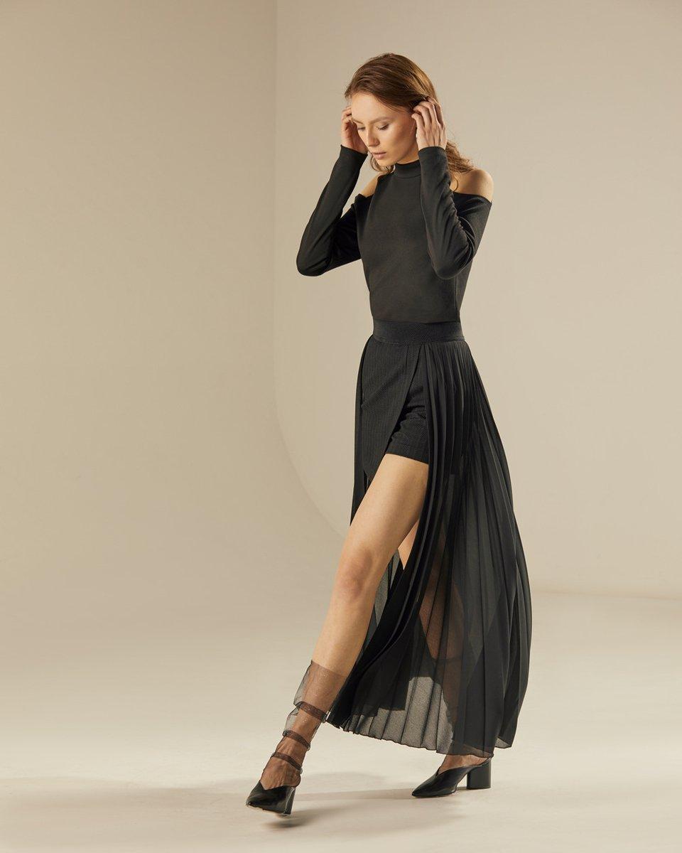 Трикотажная блуза черного цвета с открытыми плечами