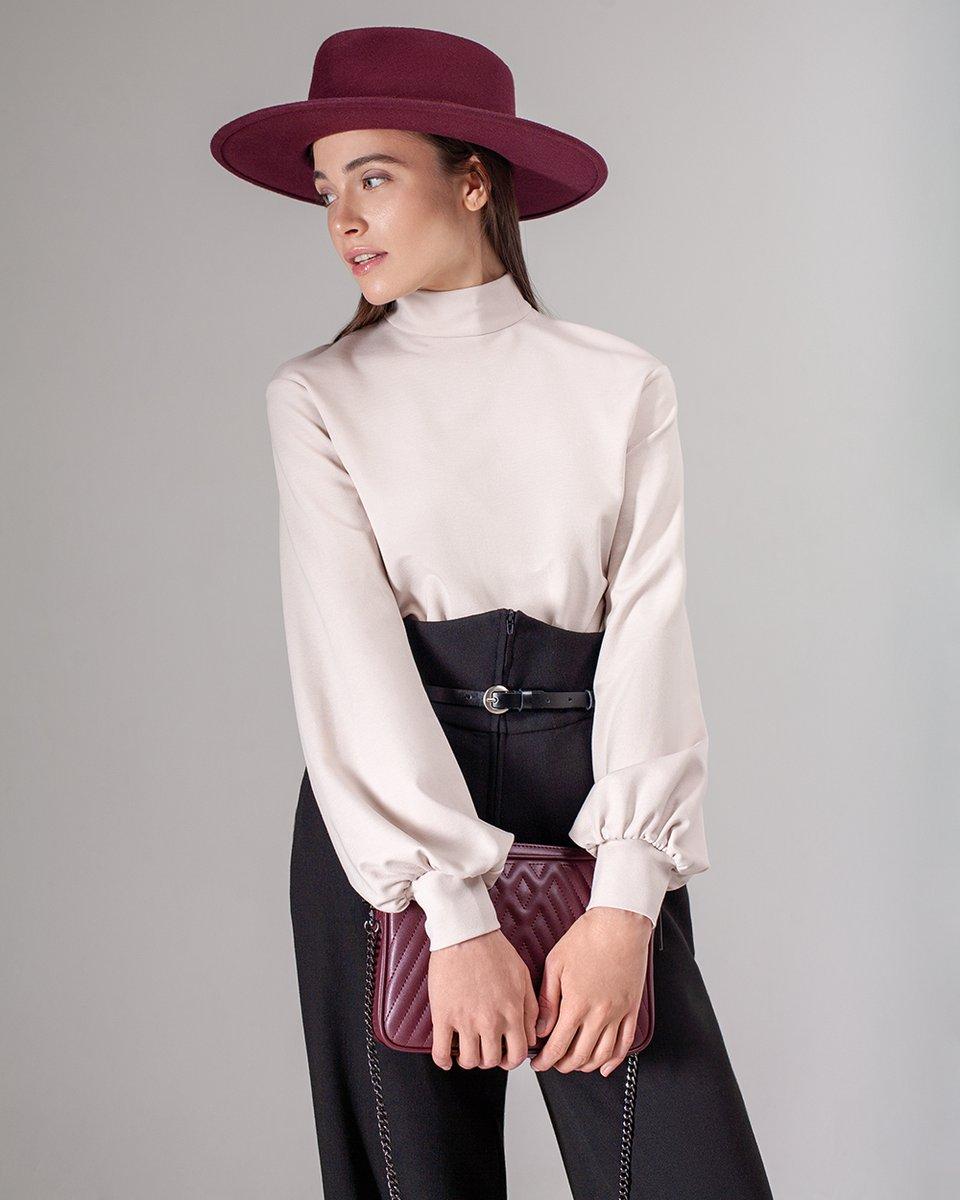 Блуза трикотажная с объемными рукавами светло-бежевого цвета