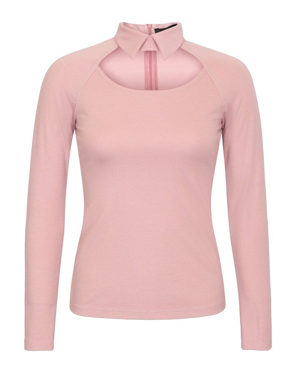 Блуза трикотажная с декоративным вырезом на груди розового цвета