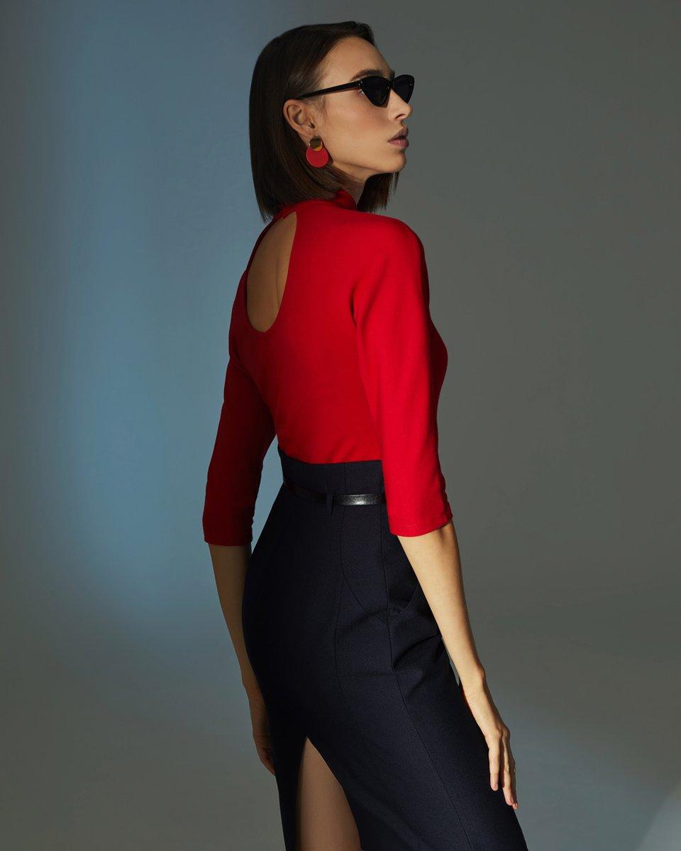 Блуза трикотажная с воротником стойкой и декоративным вырезом на спинке