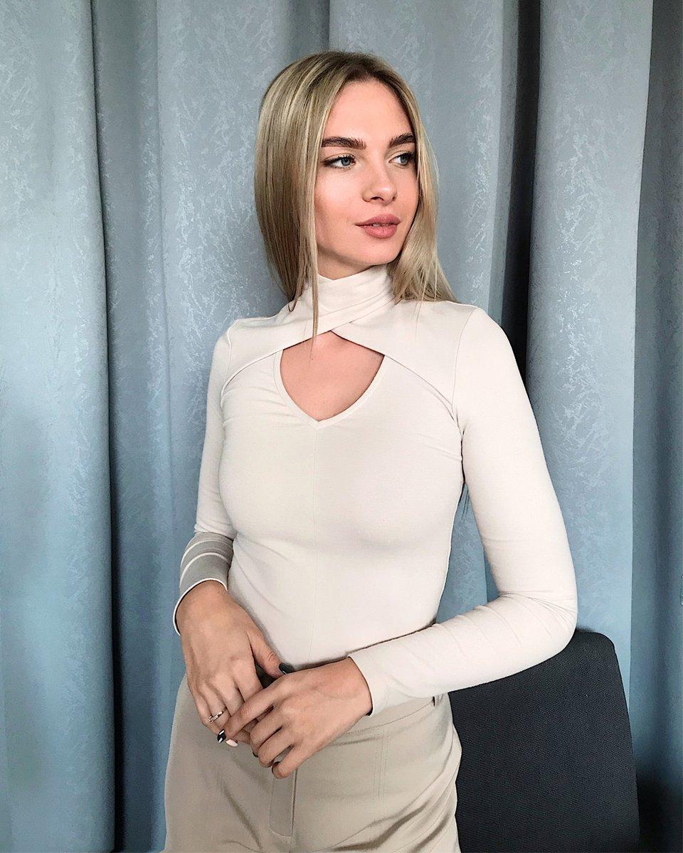 Блуза трикотажная с V-образным вырезом белого цвета