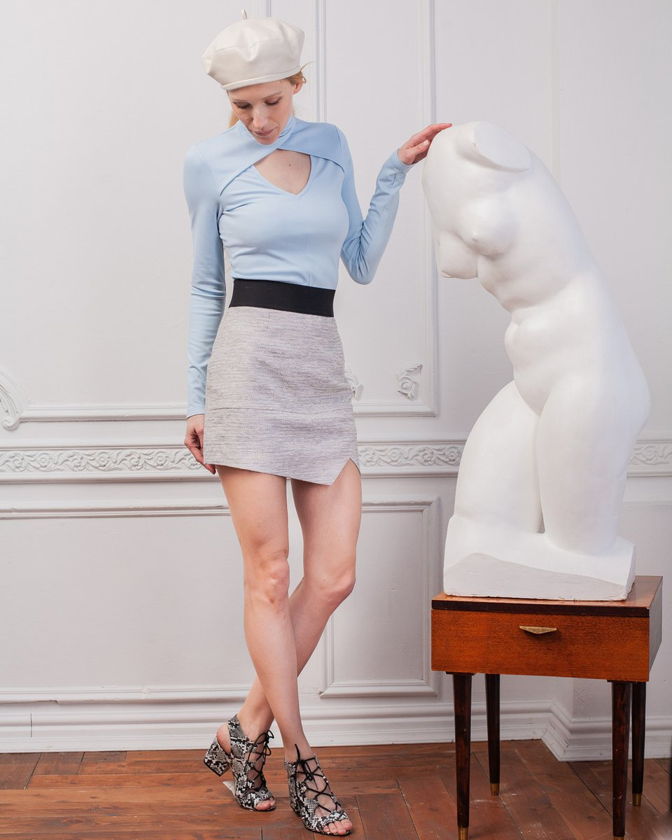 Блуза трикотажная с V-образным вырезом, голубого цвета