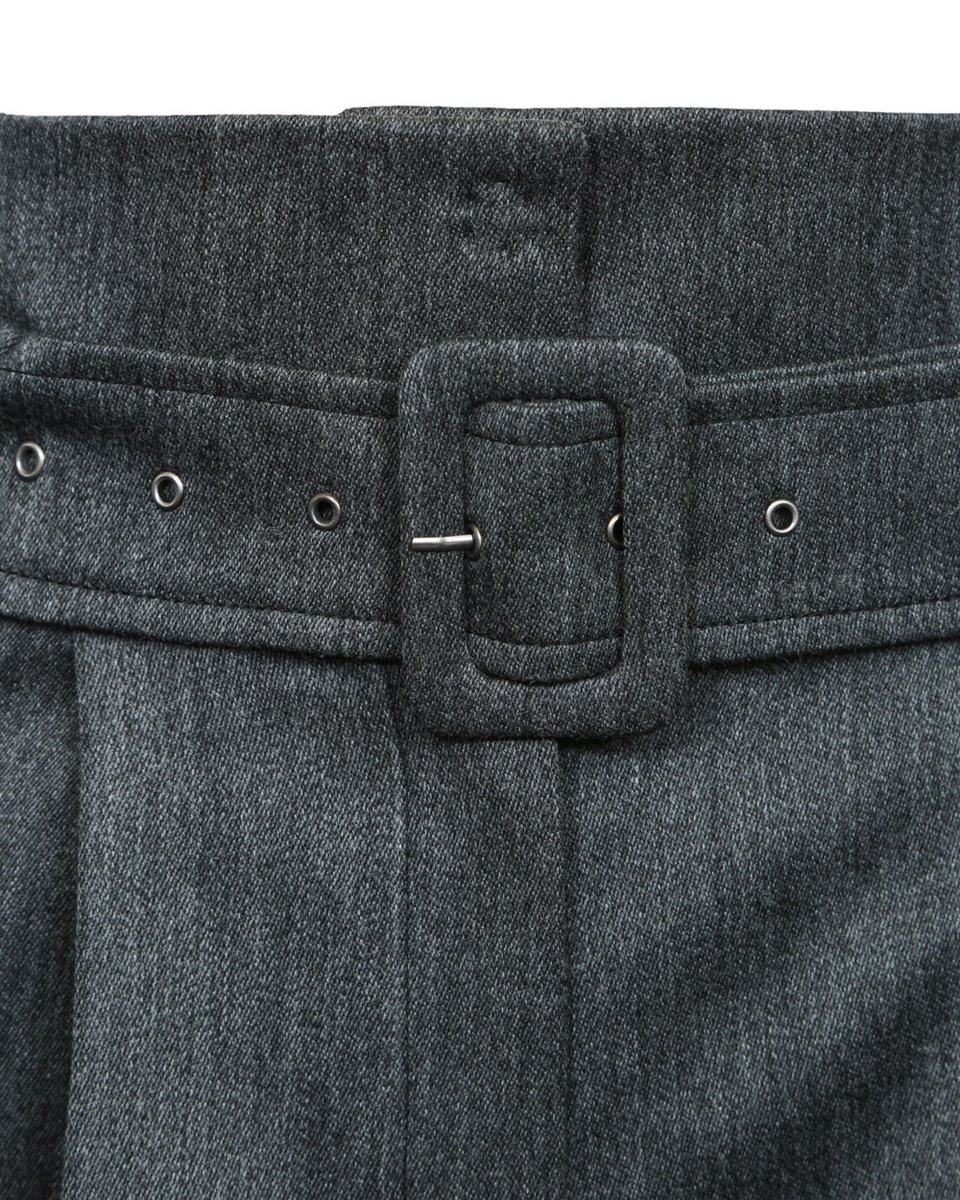 Широкие брюки серого цвета с высокой талией и защипами